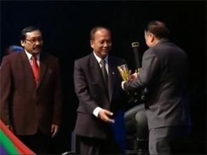 presiden direktur pt panggung electric citrabuana menerima sni award 2014